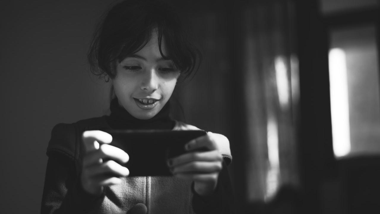 Uso smartphone bambina