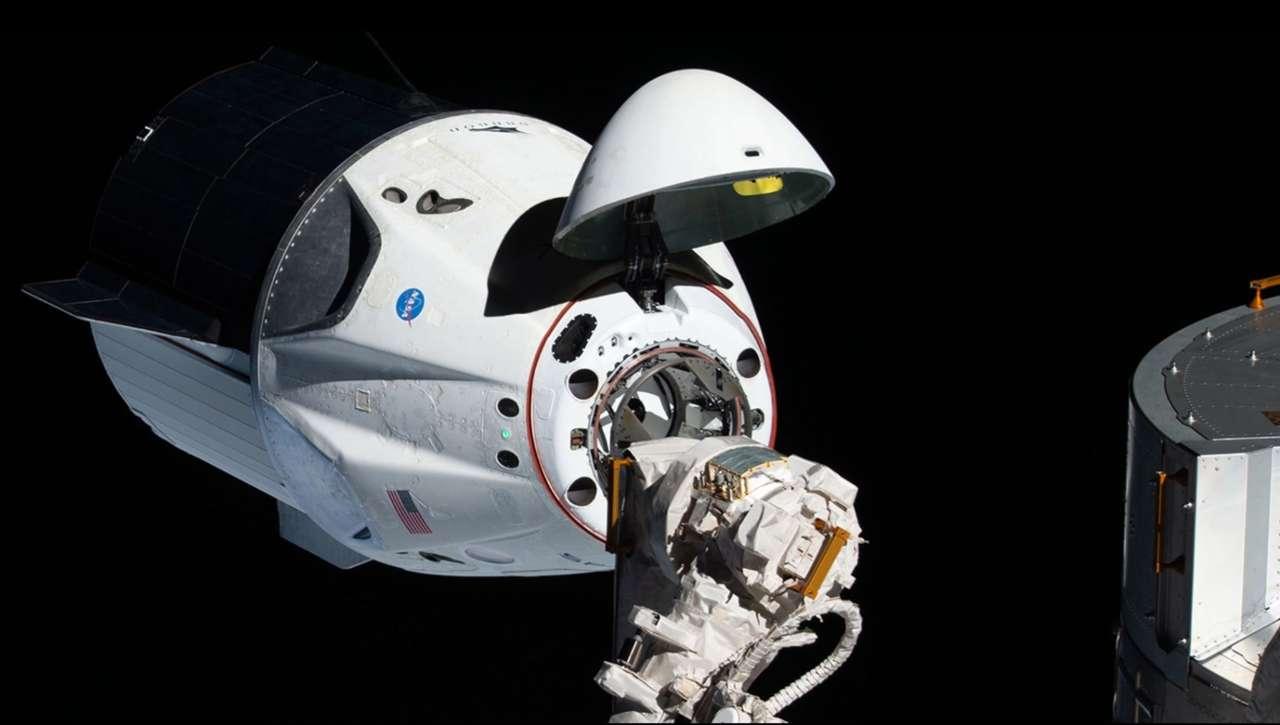 Crew Dragon che si avvicina all'ISS