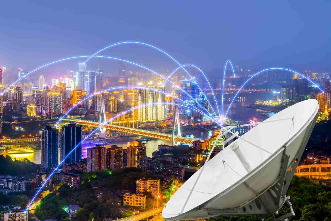 Parabola satellitare (Adobe Stock)