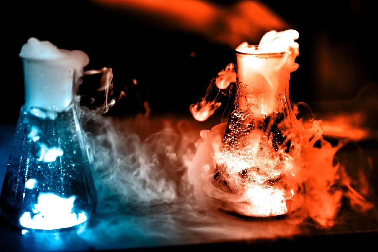 Reazione chimica (Adobe Stock)