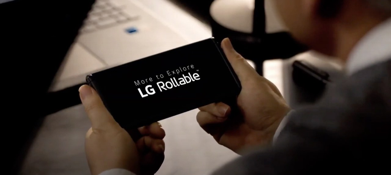 LG mostra il suo smartphone arrotolabile