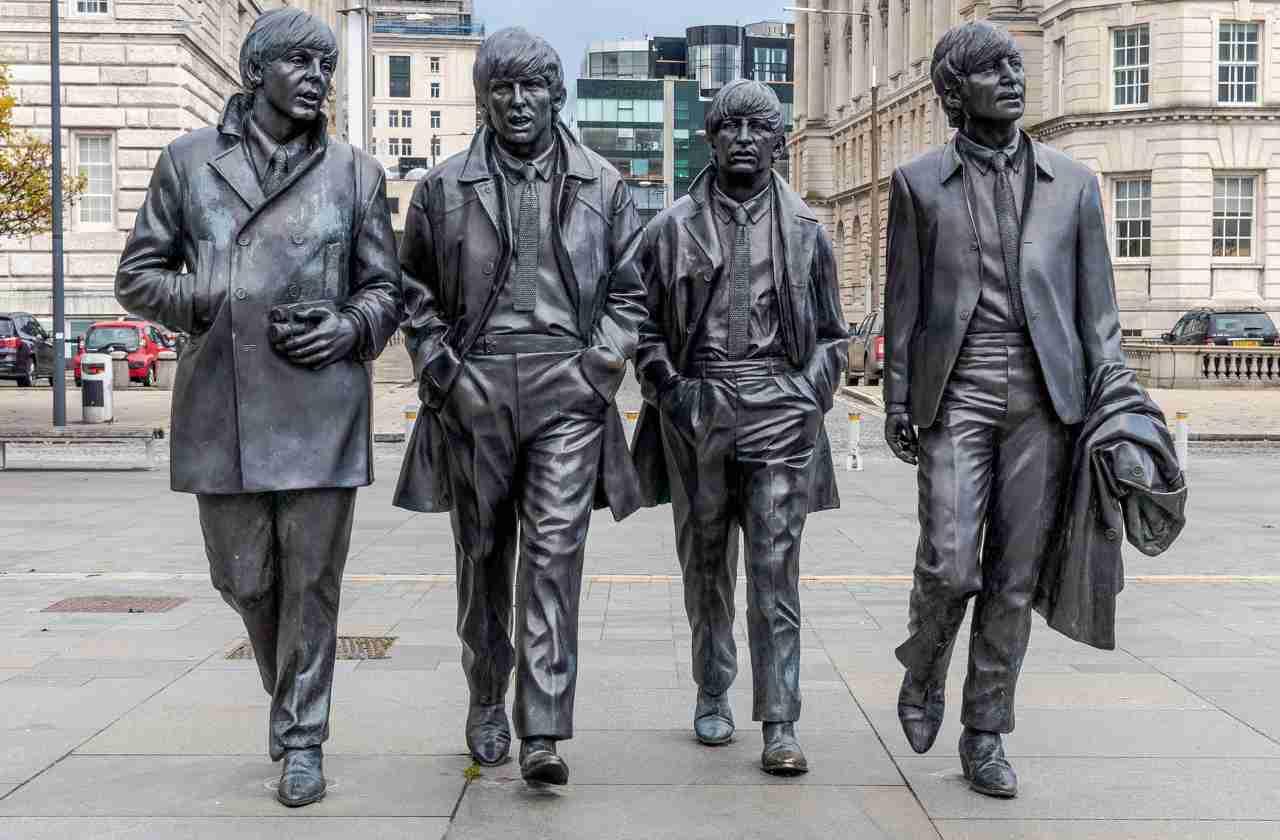 Statua Beatles Vinile batte CD
