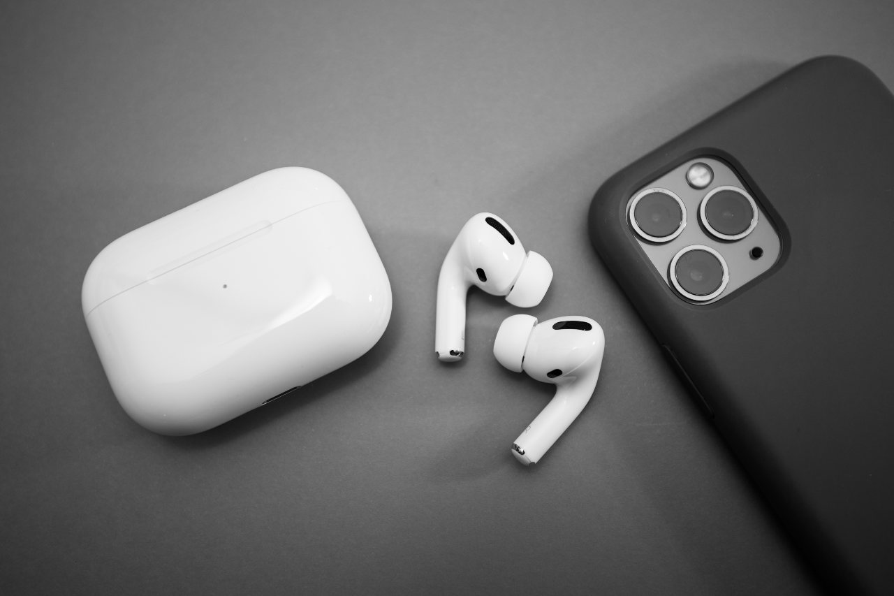 iPhone e AirPods (Adobe Stock)