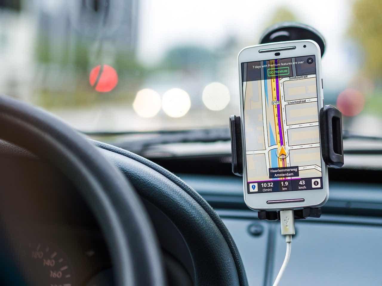 Ricarichi lo smartphone in auto
