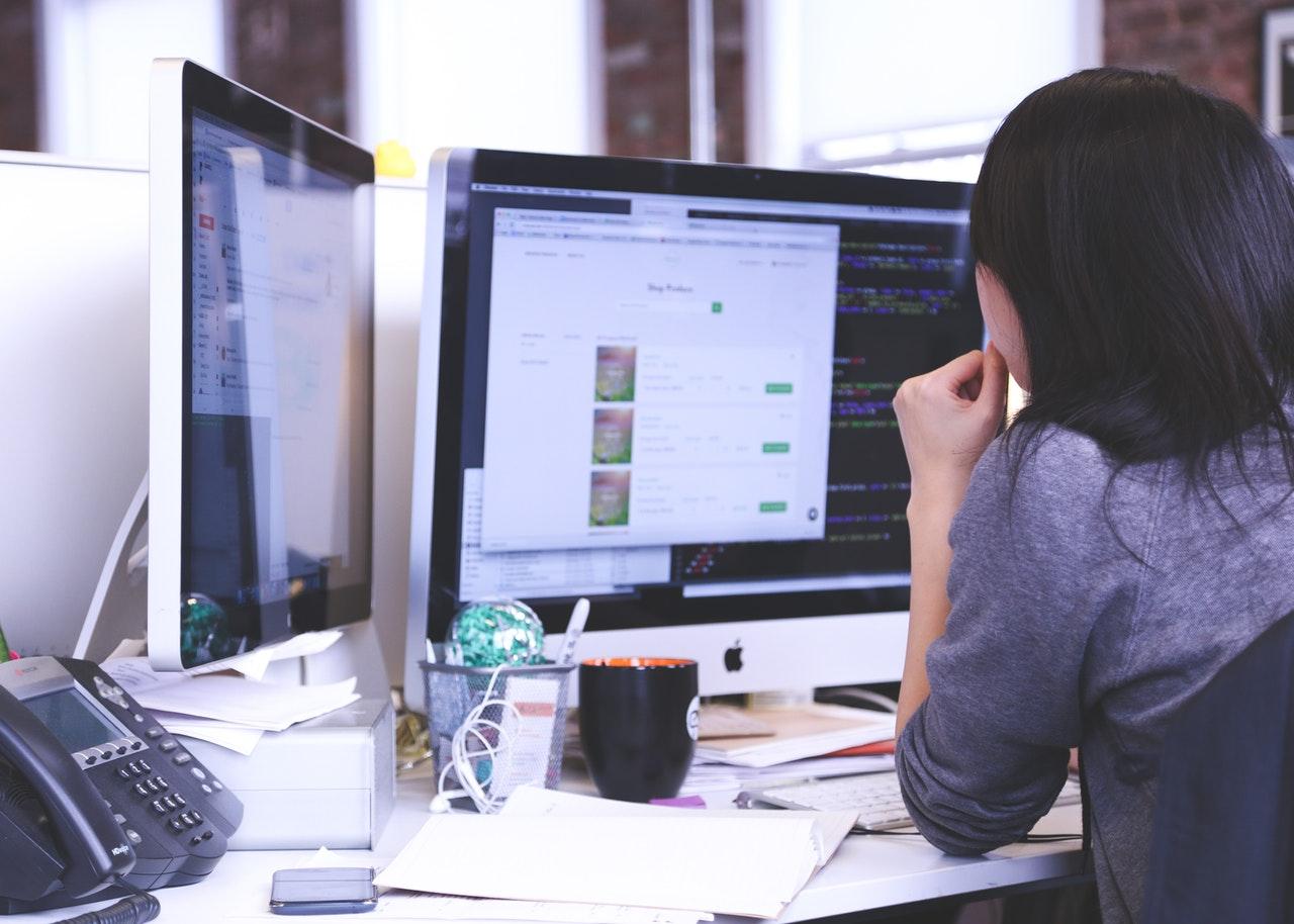 Donne a lavoro con la digitalizzazione