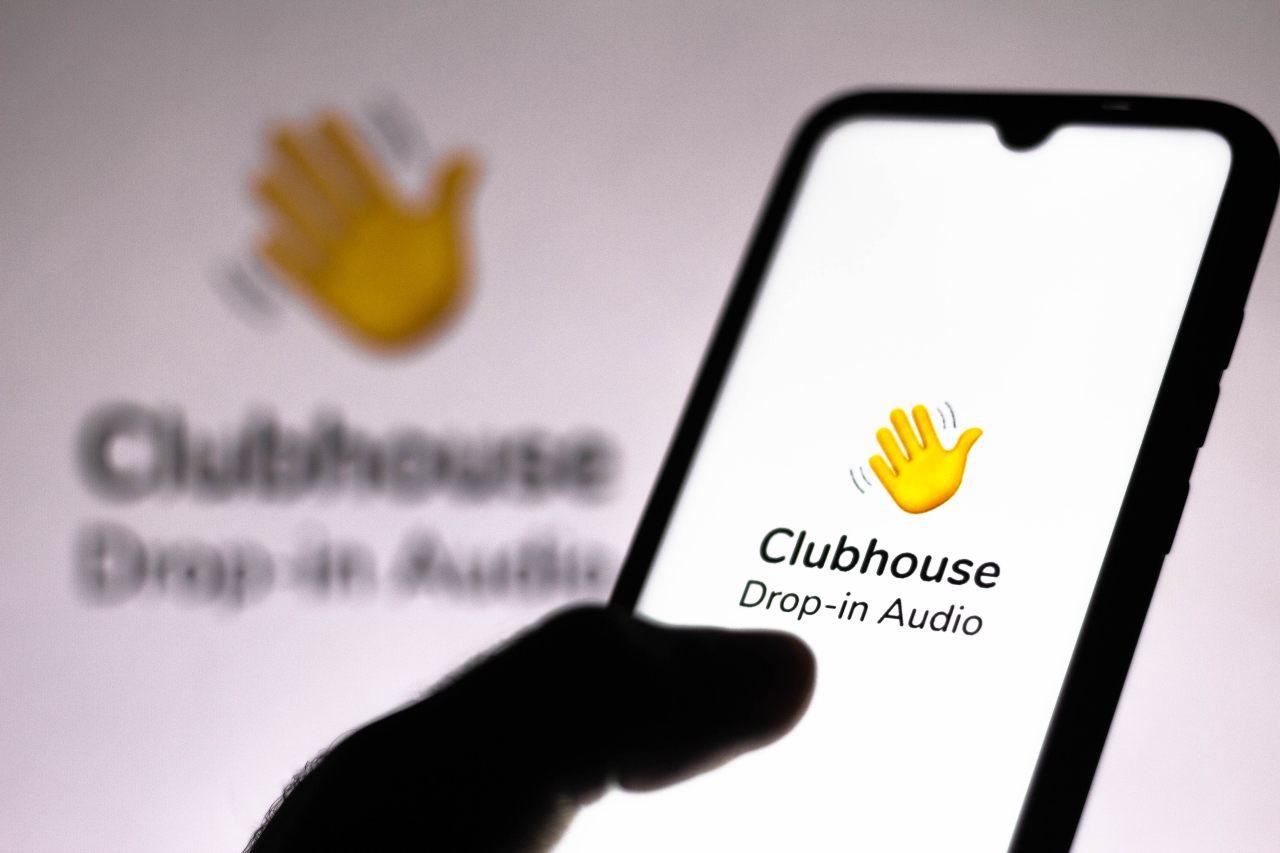 Il logo dell'app Clubhouse su smartphone (Adobe Stock)