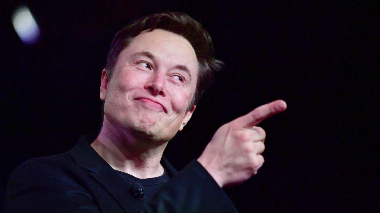 Elon Musk contro il covid (Foto Cnn)