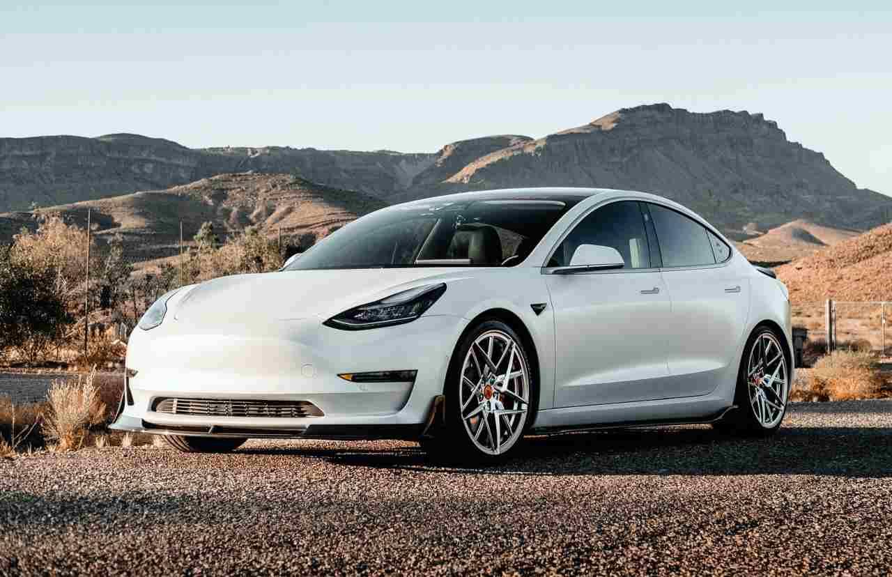 tesla model 3 Musk quanto dormo a notte