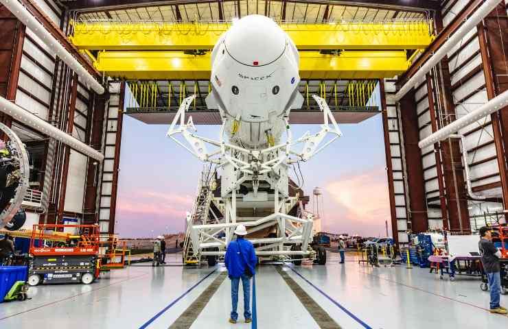 Space X, Il Falcon 9 in un hangar del Kennedy Space Center