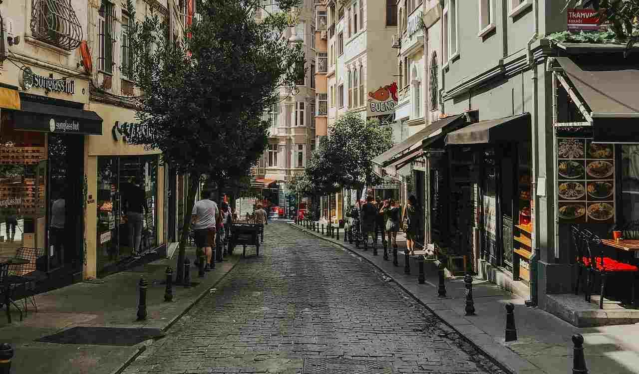 Strada con negozi