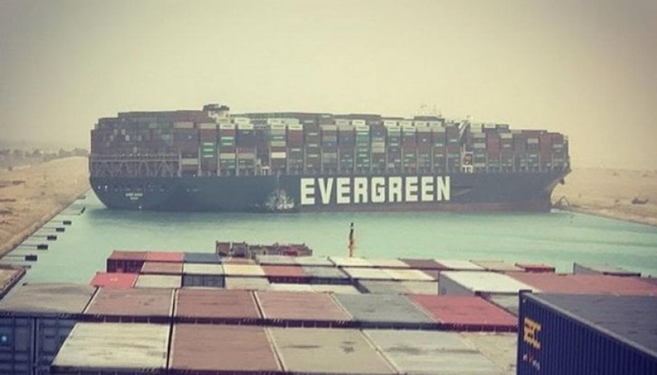Canale di Suez bloccato da una grande nave portacontainer: il video