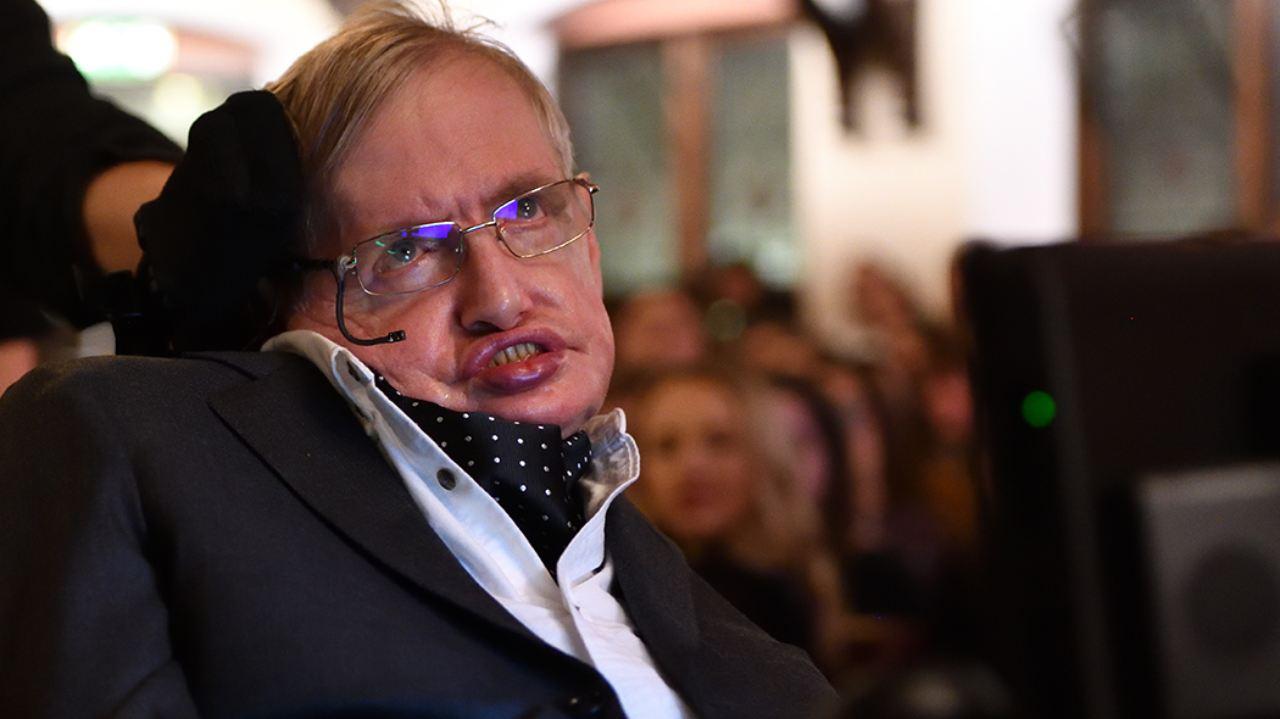 """Stephen Hawking e la profezia del 2001: """"Un virus causerà la fine del mondo"""""""