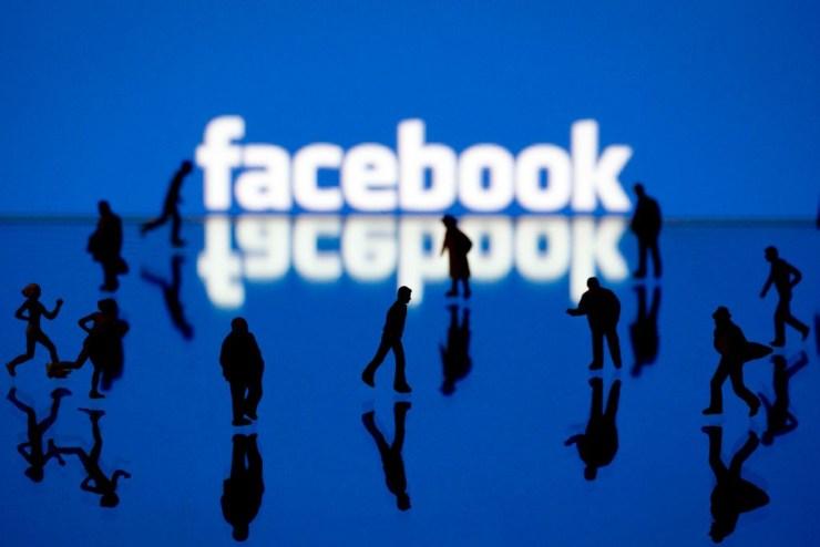 Facebook, dati violati (Foto Bassoadige)