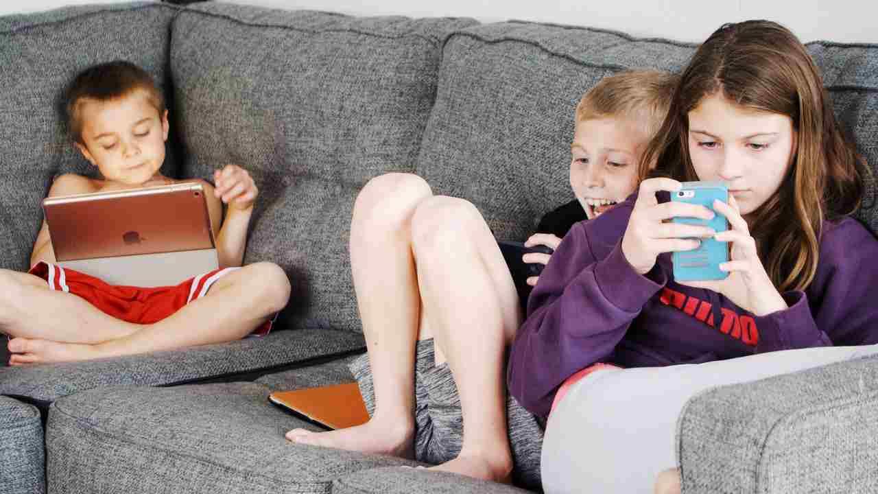 Bambini che usano smartphone e tablet