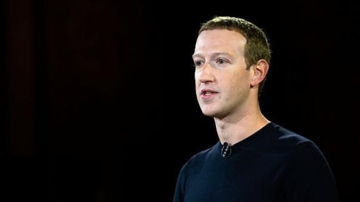 Apple dichiara guerra a Facebook (Foto Zuckerberg, Repubblica)
