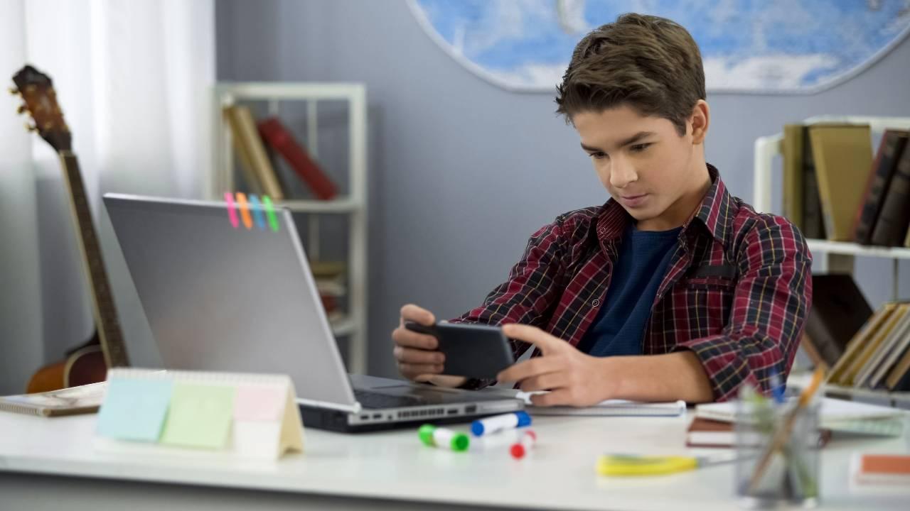 Giovani e cellulari, un fenomeno dilagante (Adobe Stock)