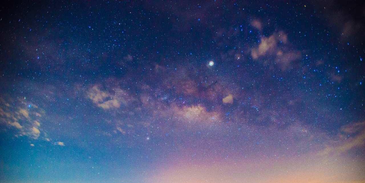 Un cielo notturno sempre più luminoso (Adobe Stock)