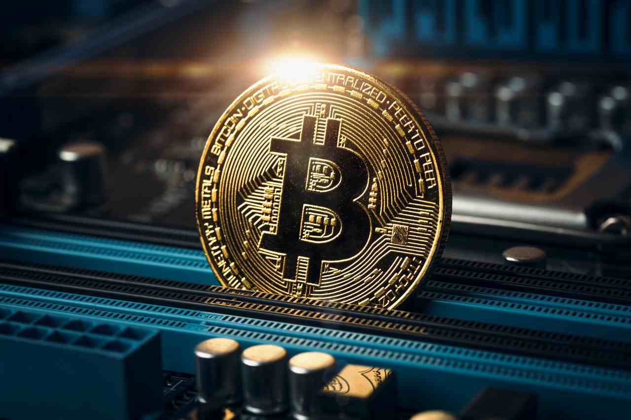 Bitcoin, la criptovaluta fa saliscendi(Adobe Stock)
