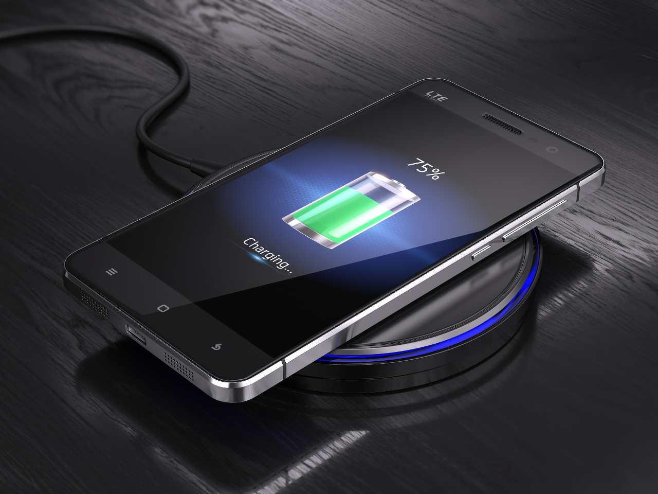 La batteria di uno smartphone al centro di un crescente sviluppo (Adobe Stock)
