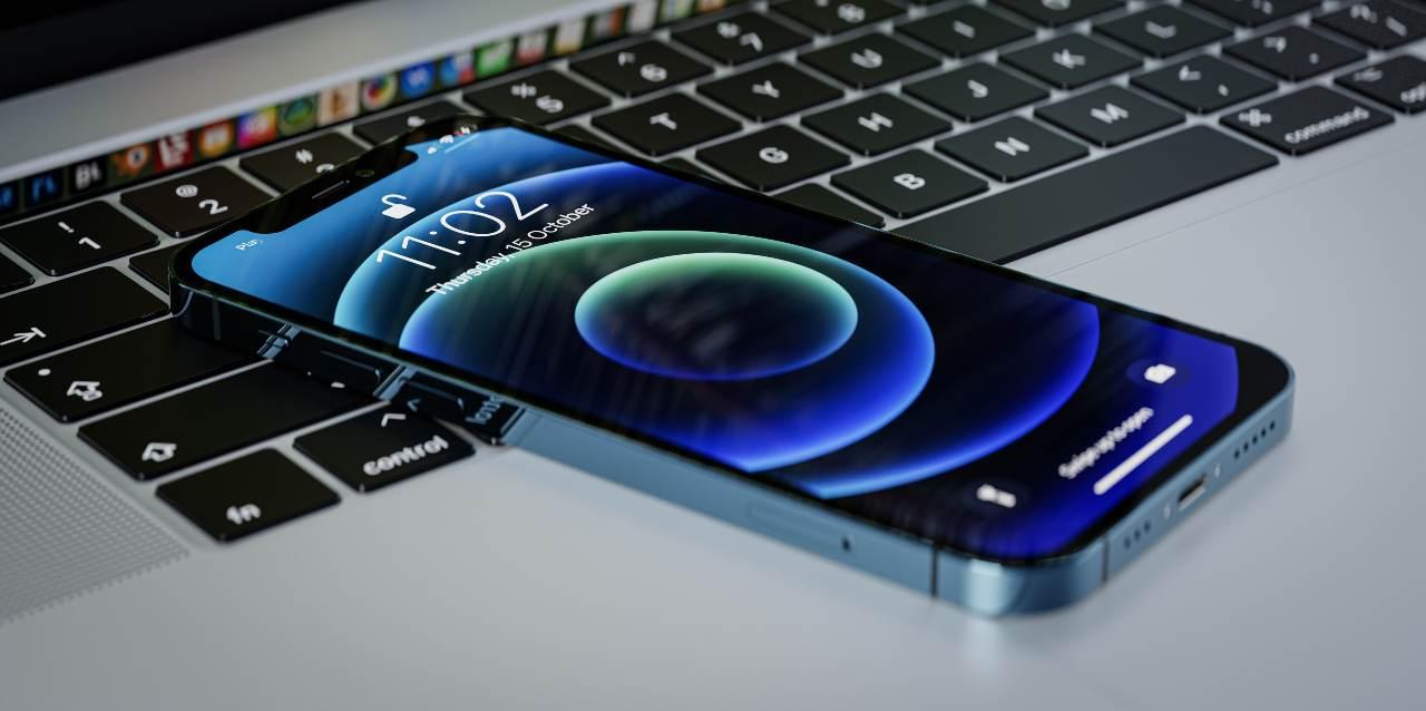 Volantino Mediaword, super sconto per l'iPhone 12 (Adobe Stock)