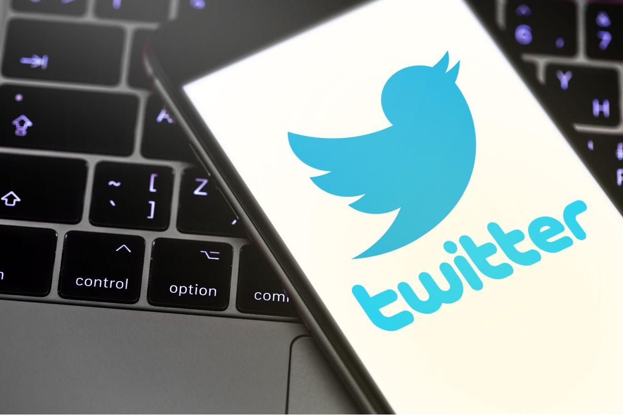 Twitter, ma non solo: periodo caldo per i social (Adobe Stock)