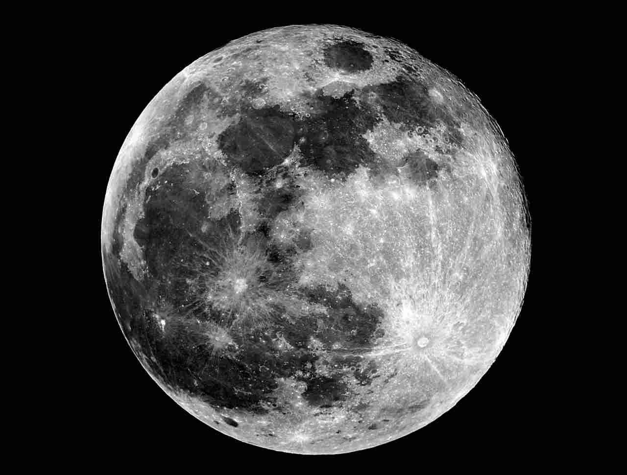 Folle ide di uno scienziato: bombardare la Luna con armi atomiche (foto Adobestock)