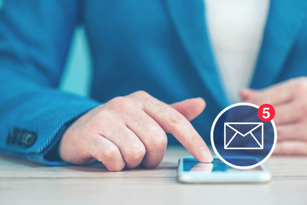 Il trucco per inviare messaggi anonimo e gratis via web (Adobestock)