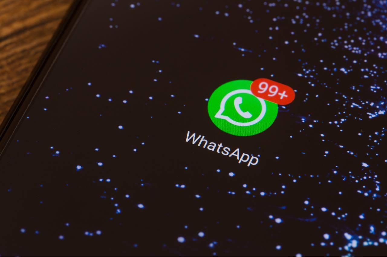 Come liberare spazio su Whatsapp (by Adobestok)