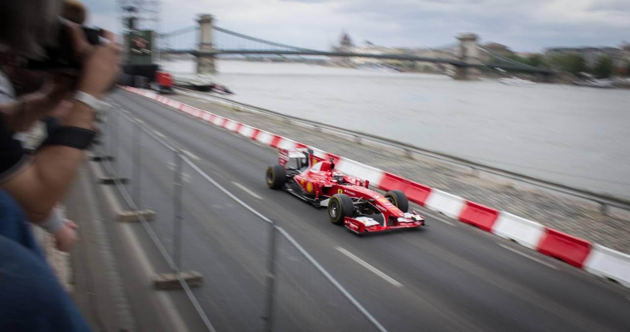 Ferrari in pista (Adobe Stock)
