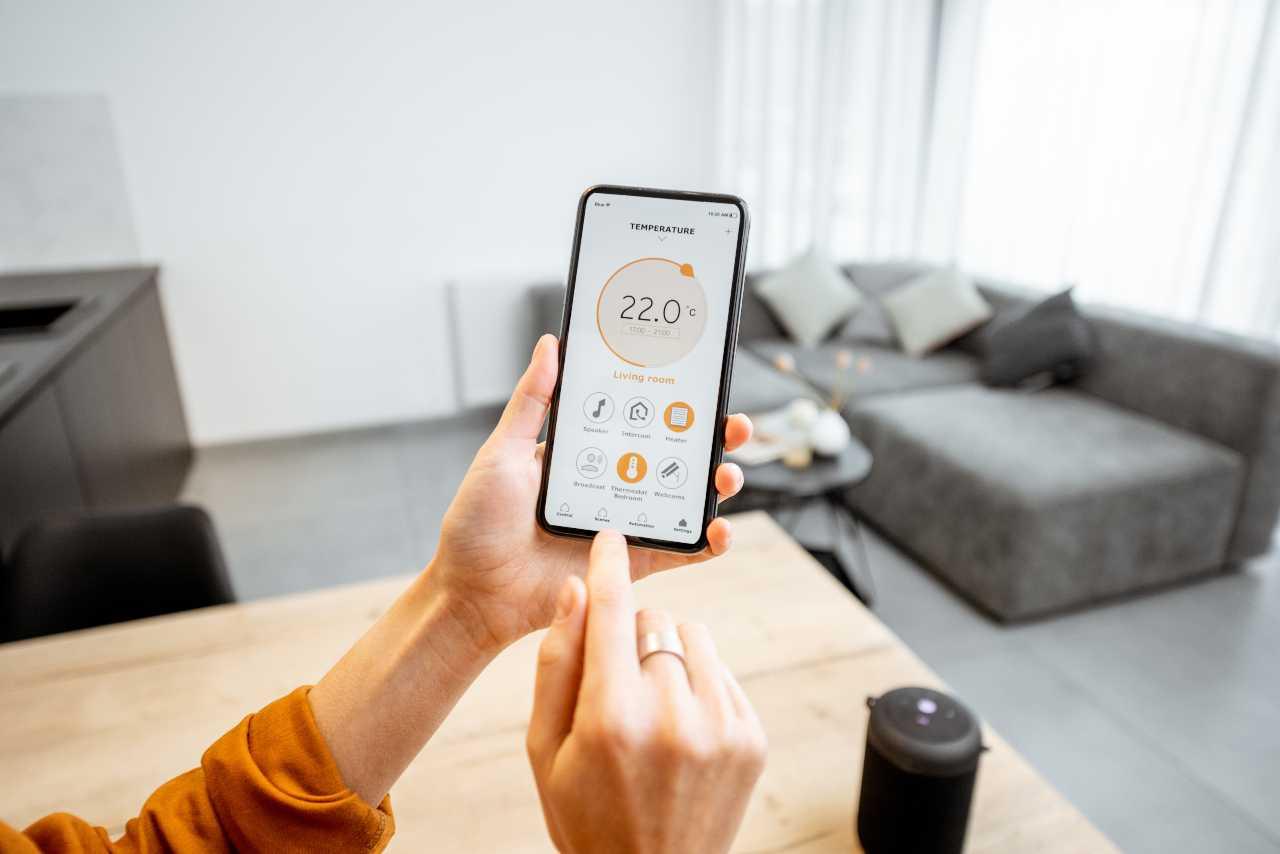 Termometro nello smartphone (Adobe Stock)