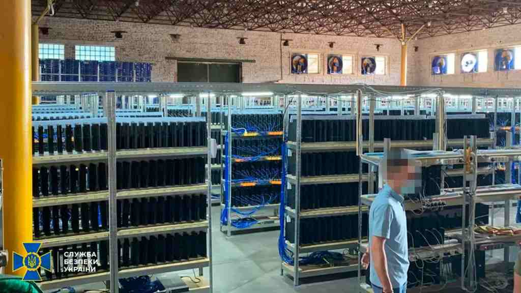 Mining di criptovalute con un numero incredibile di Ps4 (foto The Security Service of Ukraine)