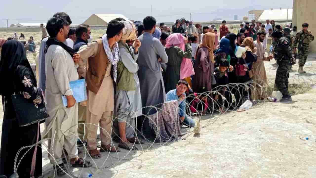 Afghani che abbandonano Kabul