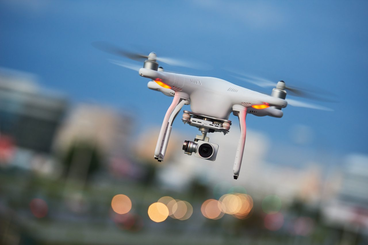 Drone in volo (Adobe Stock)