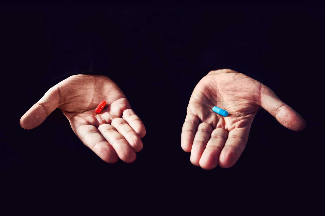 Le iconiche pillole rossa e blu di Matrix (Adobe Stock)