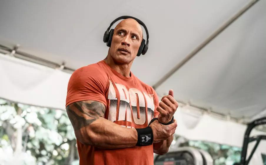 Dwayne Johnson, al secolo The Rock, con le nuove super cuffie di JBL (JBL)