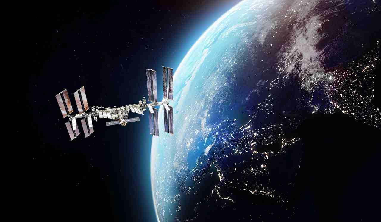 ISS, la stazione spaziale in orbita terrestre bassa, dedicata alla ricerca scientifica (Adobe Stock)