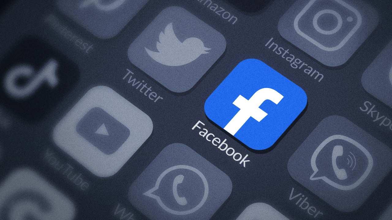 Facebook è solo un caso. Algoritmi pericolosi anche per altri social (Adobe Stock)