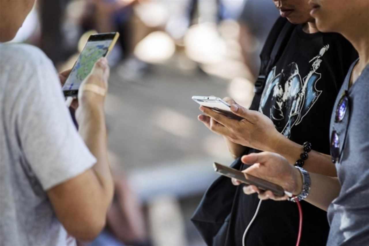 Smartphone e giovani (Foto Avvenire)