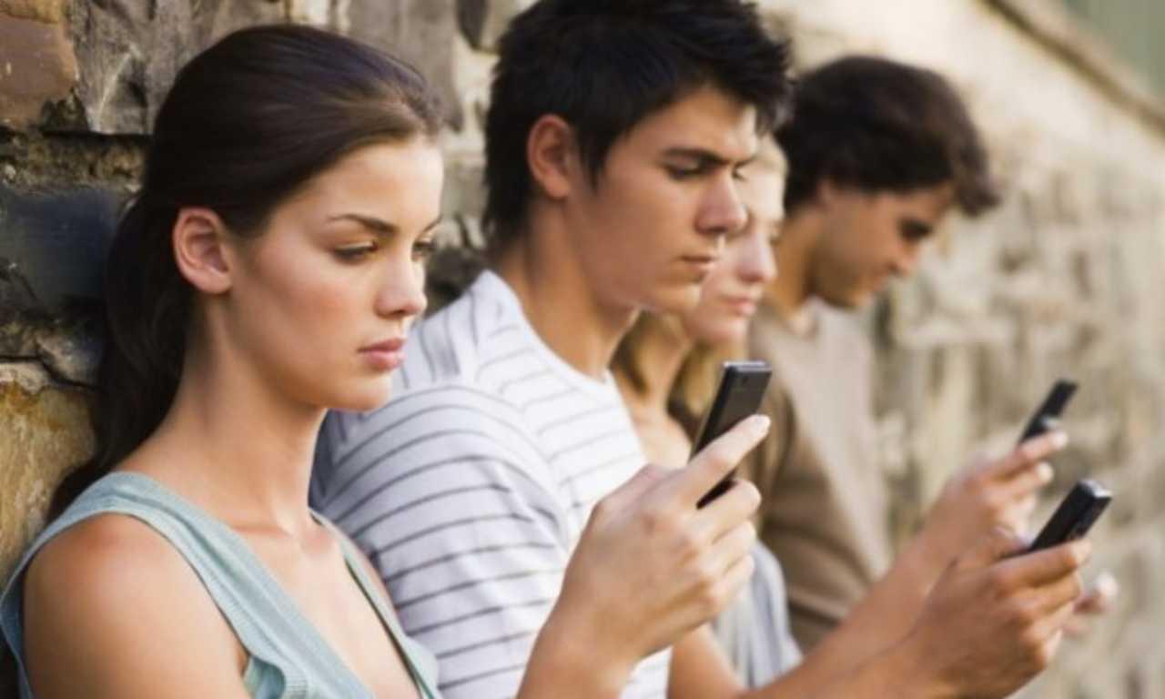 Smartphone, i giovani e le generazione muta (Foto Cinquecolonne)