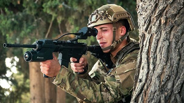 Militare che testa l'impressionante Arcas (Elbit-Systems)