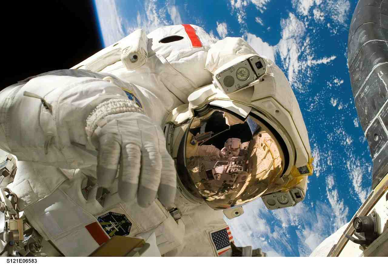 Astronauta in missione orbitale