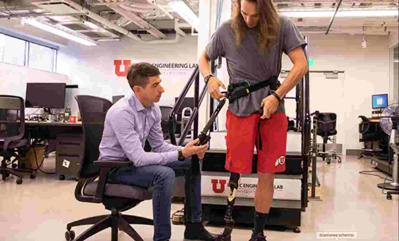 L'esoscheletro di Tommaso Lenzi che permette di camminare agli amputati