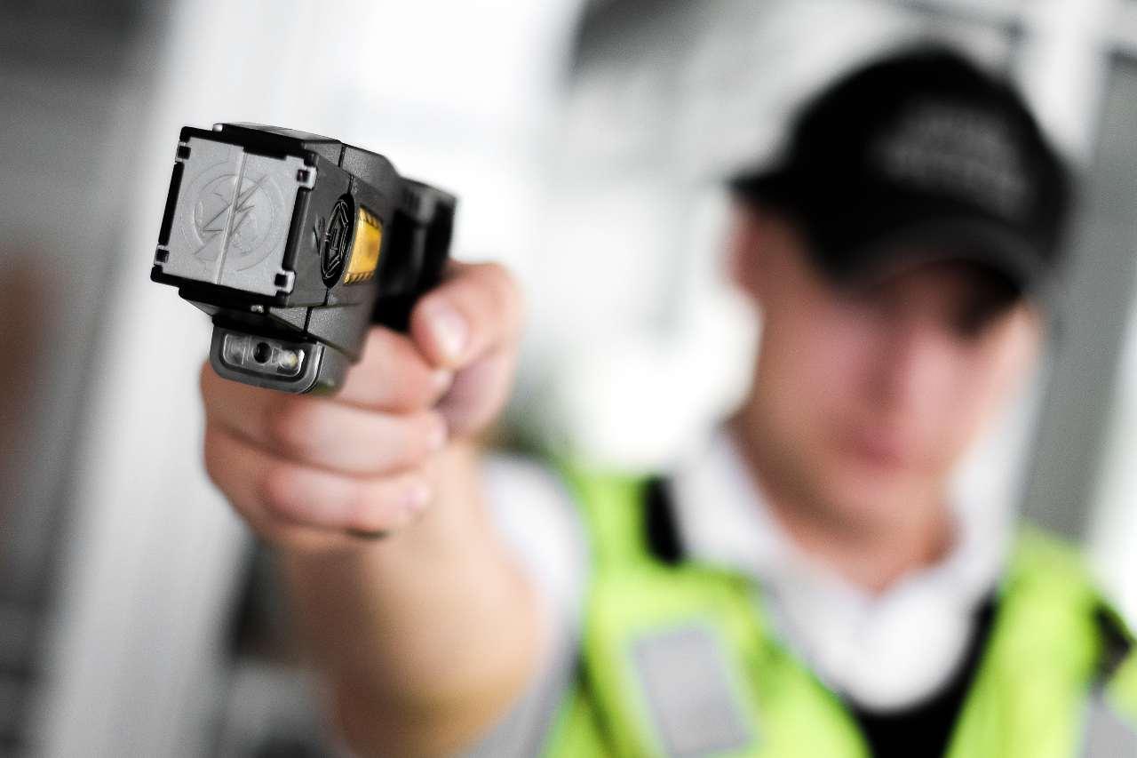 Un pistola Taser, dispositivo elettrico già in dotazione per gli agenti della polizia statunitense (Adobe Stock)