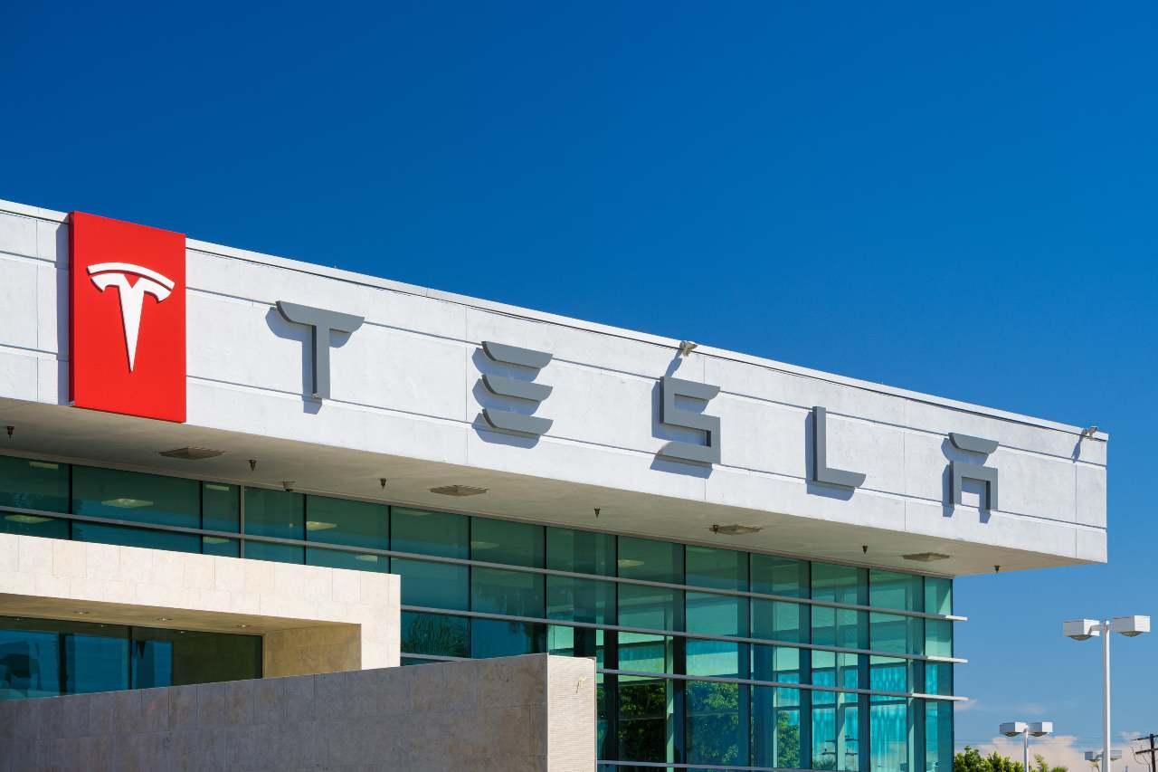 Tesla, colosso statunitense specializzata nella produzione di auto elettriche (Adobe Stock)