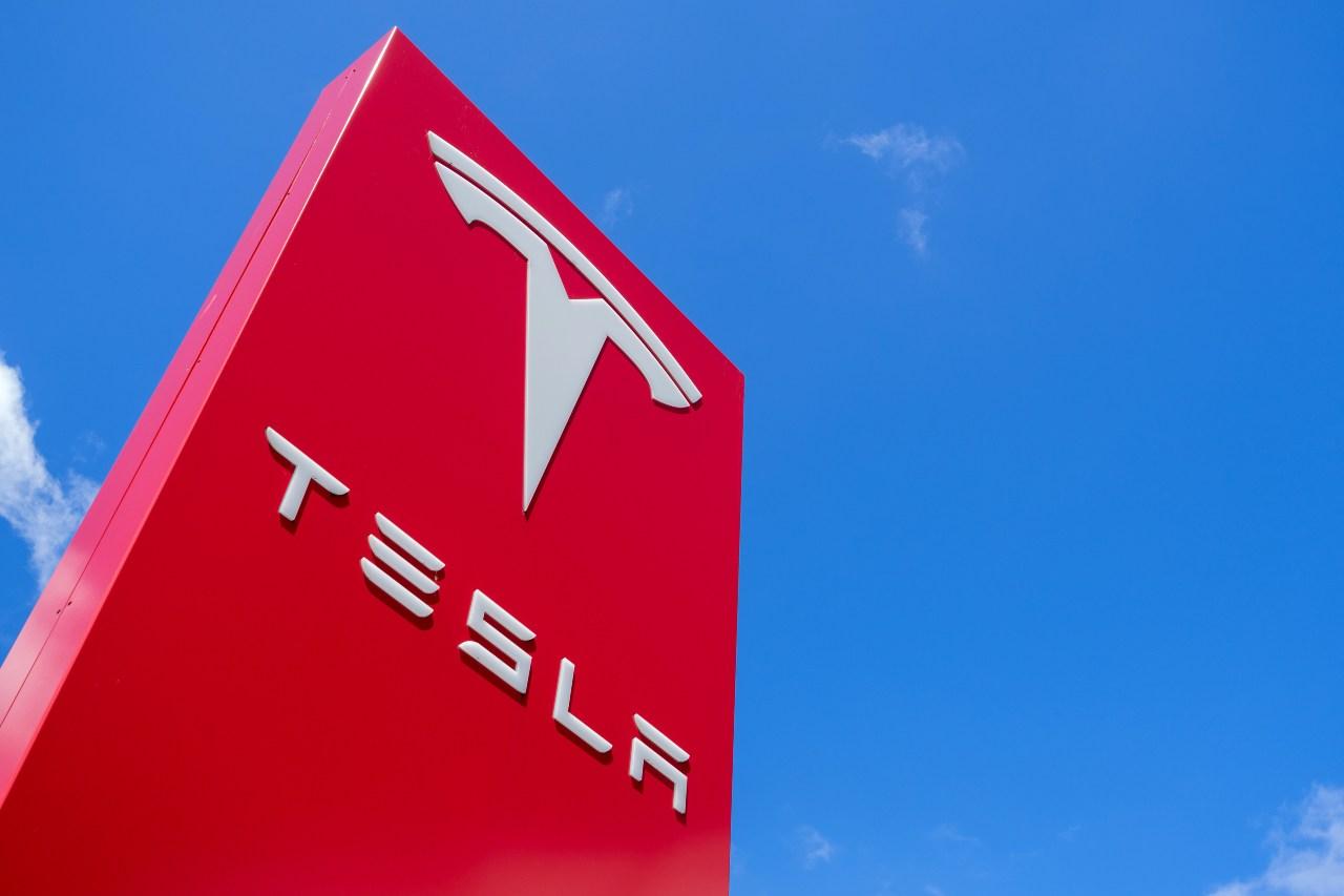 Tesla, la rivoluzionaria azienda statunitense specializzata nella produzione di auto elettriche (Adobe Stock)